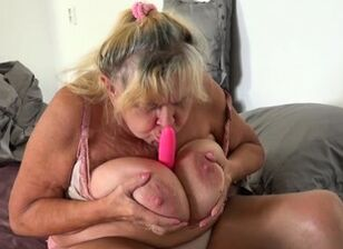 Eating aunts pussy